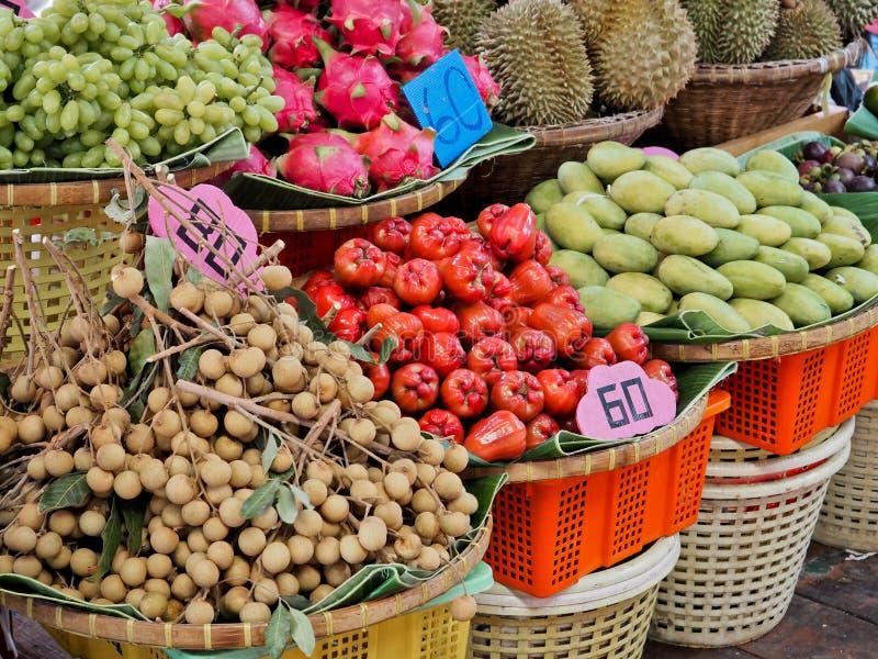 果子品种在摊位的 库存图片