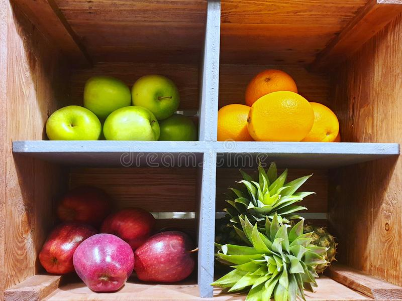 果子品种用桔子、苹果和菠萝 免版税库存照片