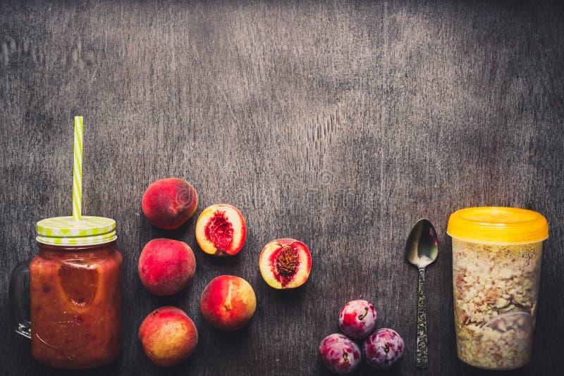 果子圆滑的人 桃子和李子圆滑的人 桃子、李子和燕麦粥 可口和健康早餐 免版税图库摄影