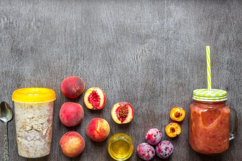 果子圆滑的人 桃子和李子圆滑的人 桃子、李子和燕麦粥 可口和健康早餐 库存照片