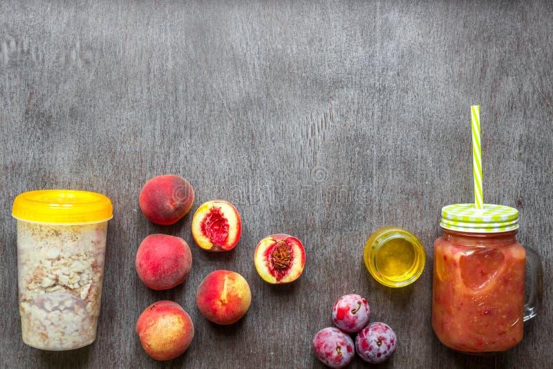 果子圆滑的人 桃子和李子圆滑的人 桃子、李子和燕麦粥 可口和健康早餐 免版税库存图片