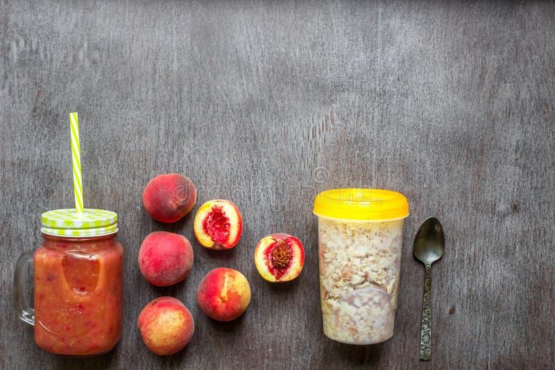 果子圆滑的人 桃子圆滑的人 桃子和燕麦粥 可口和健康早餐 免版税库存图片