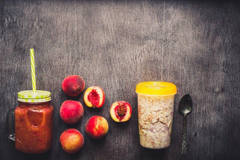 果子圆滑的人 桃子圆滑的人 桃子和燕麦粥 被定调子的可口和健康早餐 库存照片