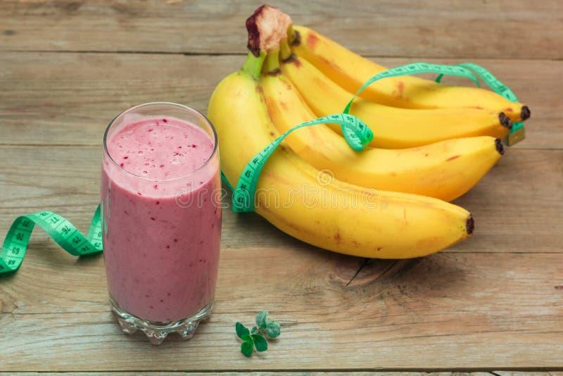 果子圆滑的人和一束香蕉 免版税库存照片