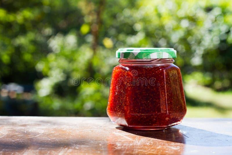 果子在一张木桌上的果酱瓶子 库存照片