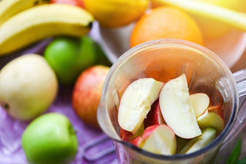 果子在准备健康汁液夏天成份的搅拌器的圆滑的人/新鲜水果切片 库存照片
