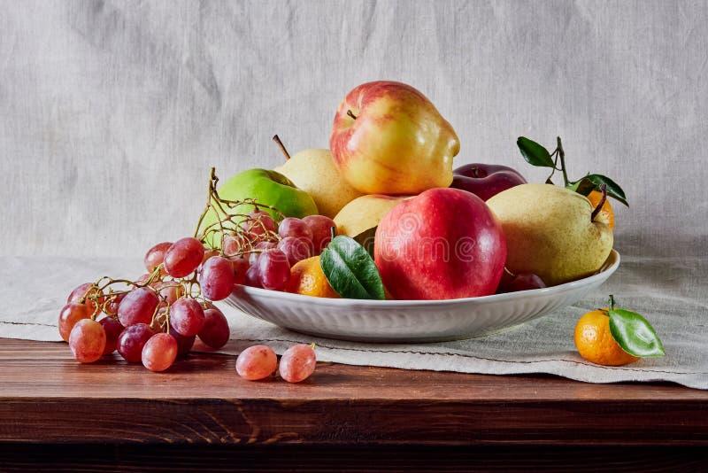 果子在桌上计划的静物画、果子和背景 免版税库存照片