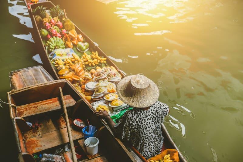 果子小船销售在Damnoen Saduak浮动市场上 库存图片
