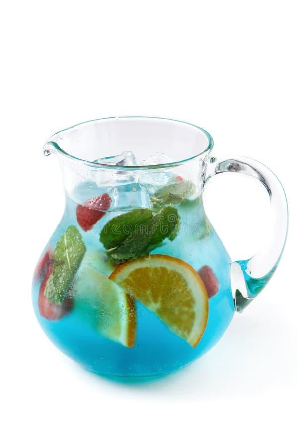 果子柠檬水用薄菏、草莓和桔子在一个水罐在被隔绝的白色背景 免版税库存照片