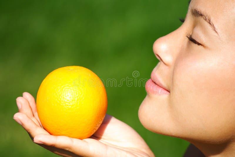 果子橙色气味妇女 免版税库存图片