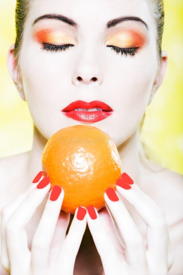 果子橙色纵向气味妇女 免版税库存图片