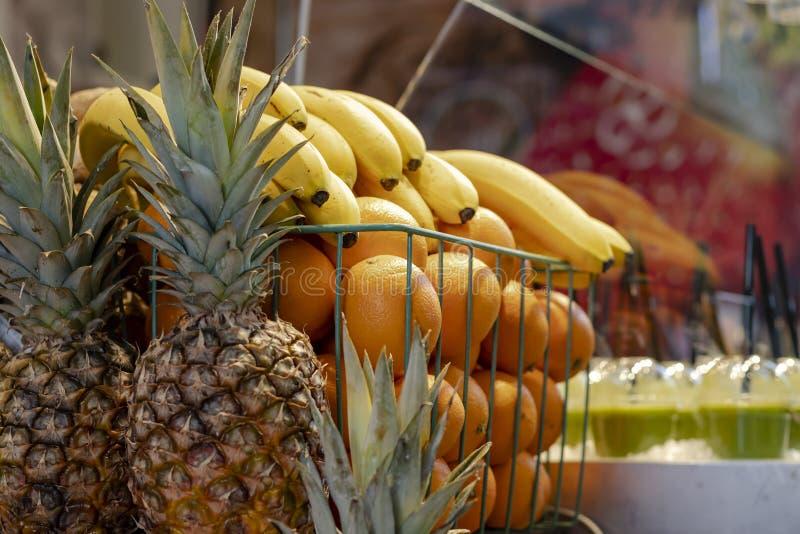 果子的分类在一个smoothy立场的 免版税库存图片