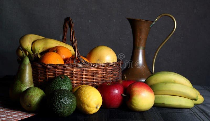 果子静物画在篮子的 免版税库存照片