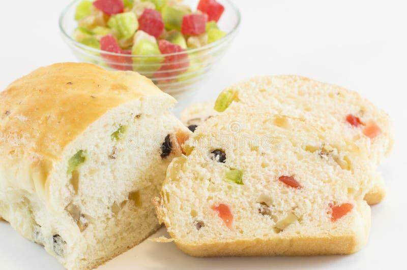 果子面包和一碗各种各样的干果子 免版税图库摄影