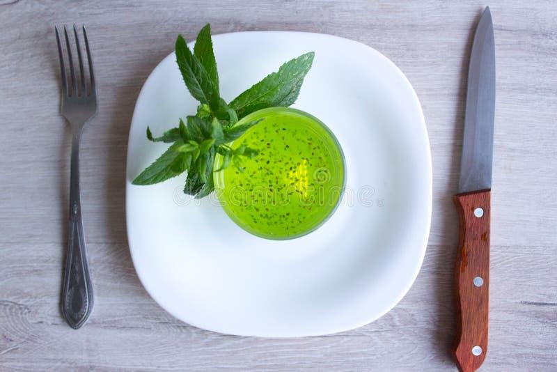 果子饮食,与chia种子的鸡尾酒 一把叉子和刀子在木背景 库存照片