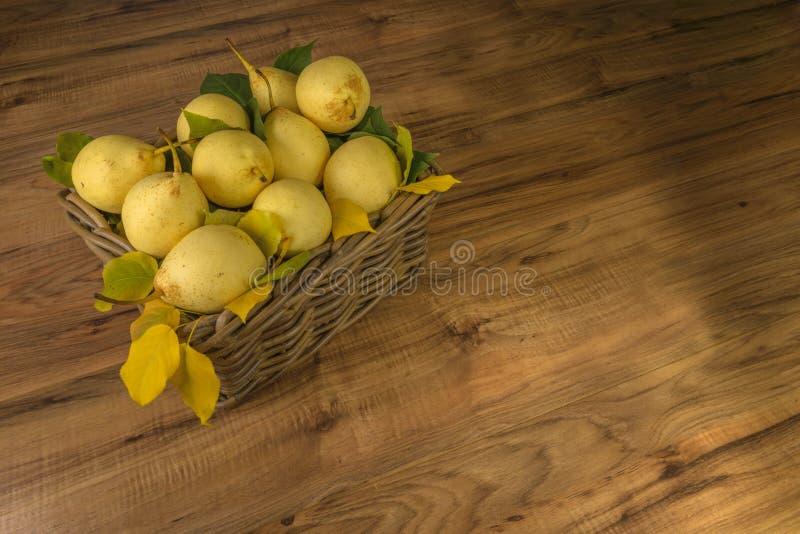果子 在老木头的新鲜的有机梨 梨秋天收获 库存照片