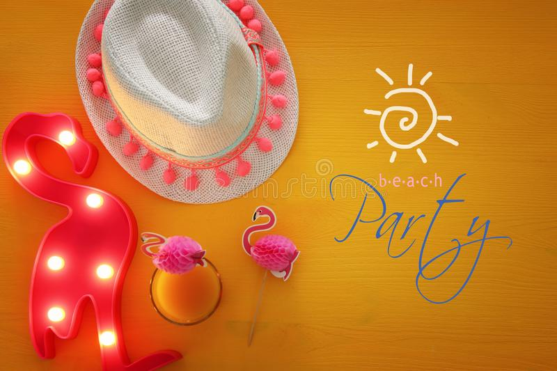 果子coctail和白色浅顶软呢帽帽子顶视图在黄色木背景 夏天海滩假期概念 库存照片