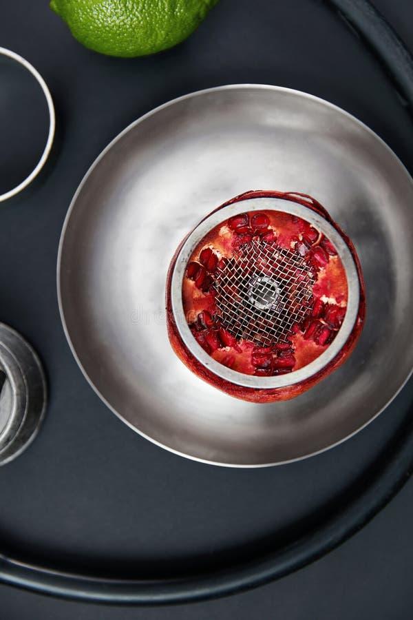果子Shisha在黑背景的水烟筒碗 库存图片