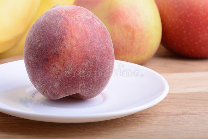 果子wodden桌,桃子,苹果,食物 库存图片