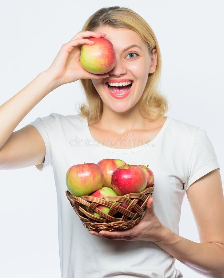 果树园,有苹果篮子的花匠女孩 秋天收获春天季节性果子 种田绿色生活 健康的食物 图库摄影