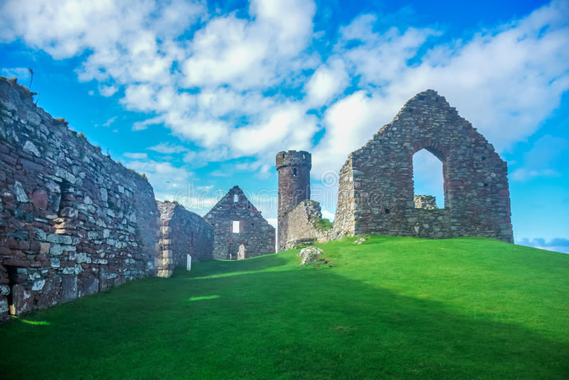 果皮城堡看法在果皮小山顶部的在曼岛 库存照片