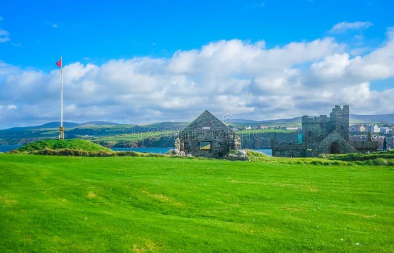 果皮城堡看法在果皮小山顶部的在曼岛 免版税库存照片