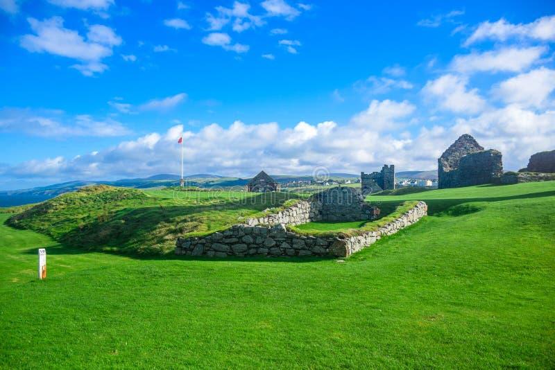 果皮城堡看法在果皮小山顶部的在曼岛 图库摄影