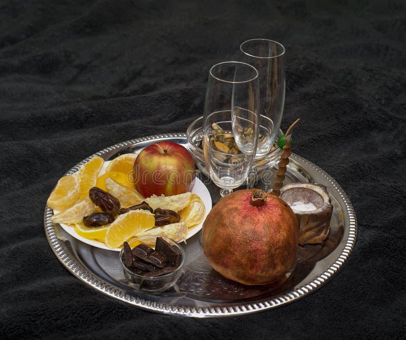 水果盘和香槟玻璃 库存图片
