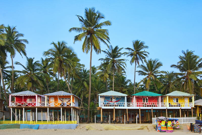果阿海滩Palolem印度,五颜六色的平房在棕榈树下 图库摄影