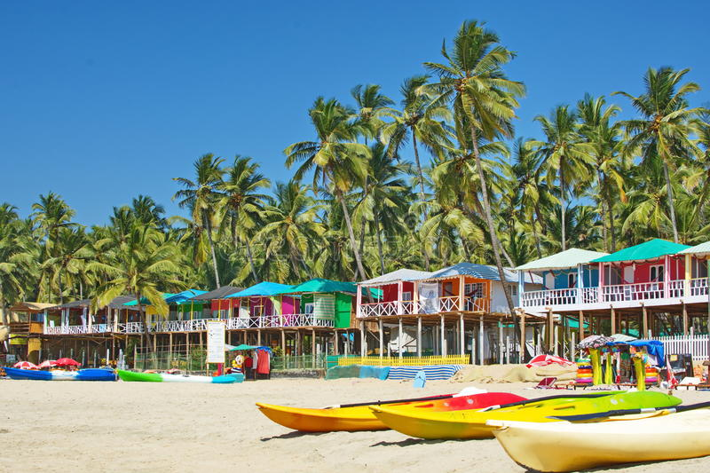 果阿海滩Palolem印度,五颜六色的平房在棕榈树下 库存照片