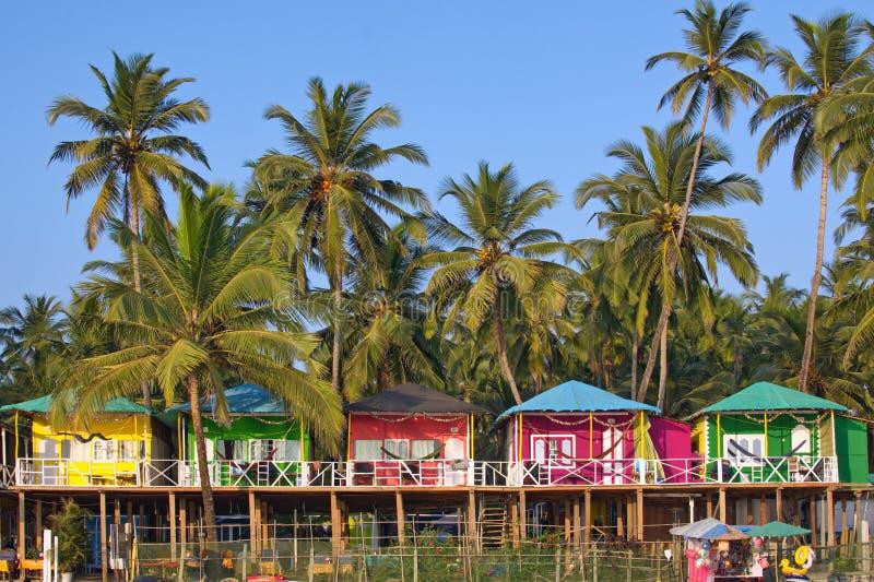 果阿海滩Palolem印度,五颜六色的平房在棕榈树下 免版税库存图片