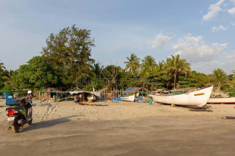 果阿,印度- 2018年12月20日:渔夫准备滑车和小船在Morjim海滩 库存照片