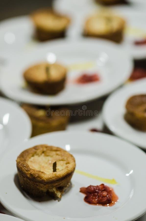 果馅饼用在一块白色板材从上面看见的核桃点心 库存照片