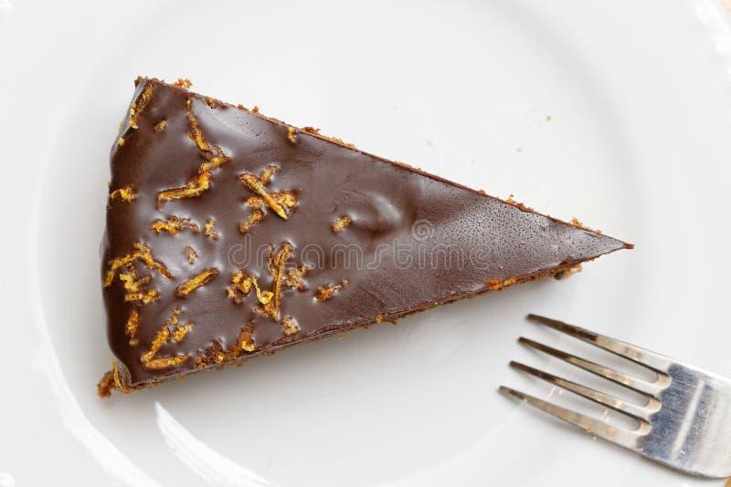 果仁巧克力-巧克力蛋糕片断用樱桃 顶视图 免版税库存照片