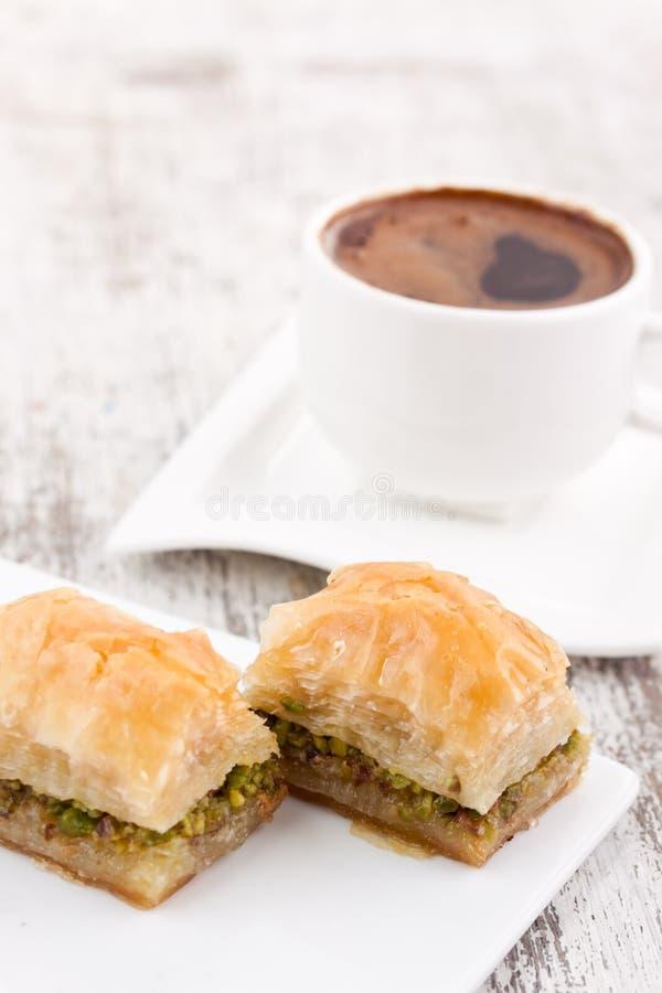 果仁蜜酥饼和土耳其咖啡 库存照片