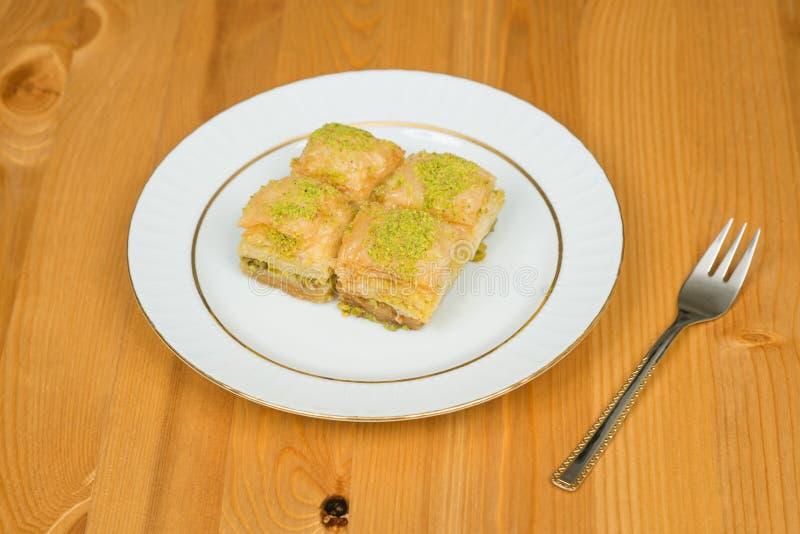 果仁蜜酥饼用开心果 在木背景的土耳其传统欢欣 免版税库存照片