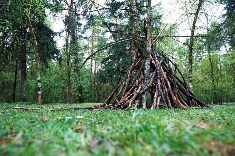 枝杈小屋在森林自然,生存,生活法律的  免版税库存照片
