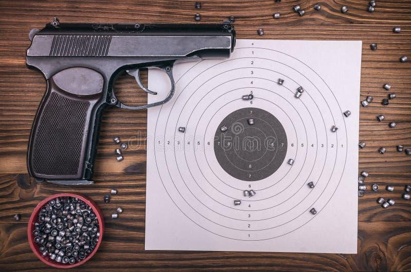 枪、子弹和目标 免版税库存照片