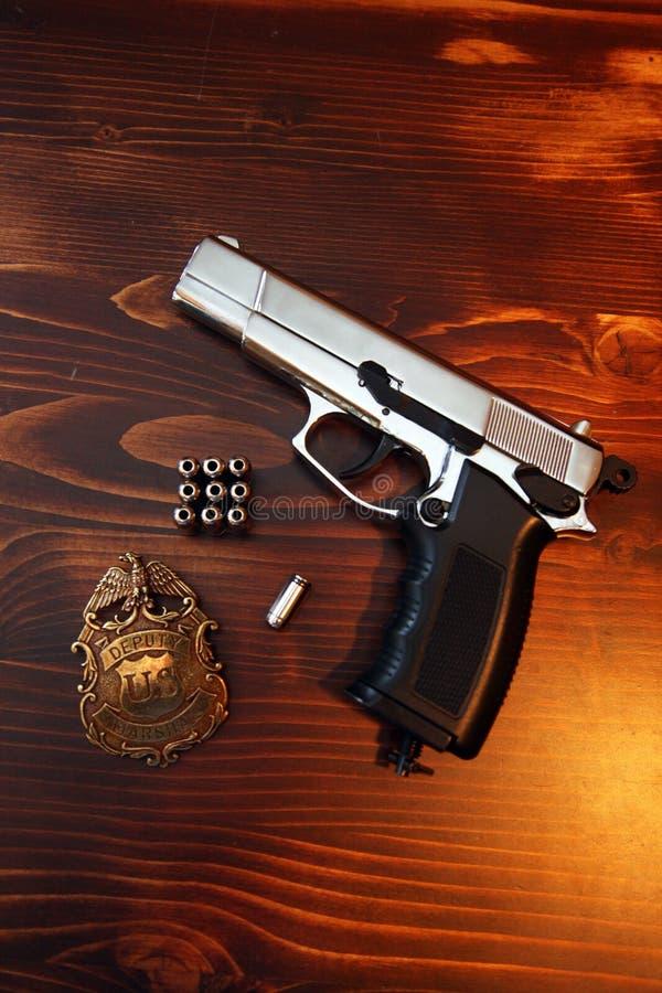 枪、子弹和警察徽章 免版税图库摄影