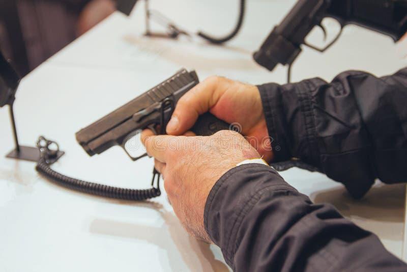 枪在他的手上 武器 免版税库存图片