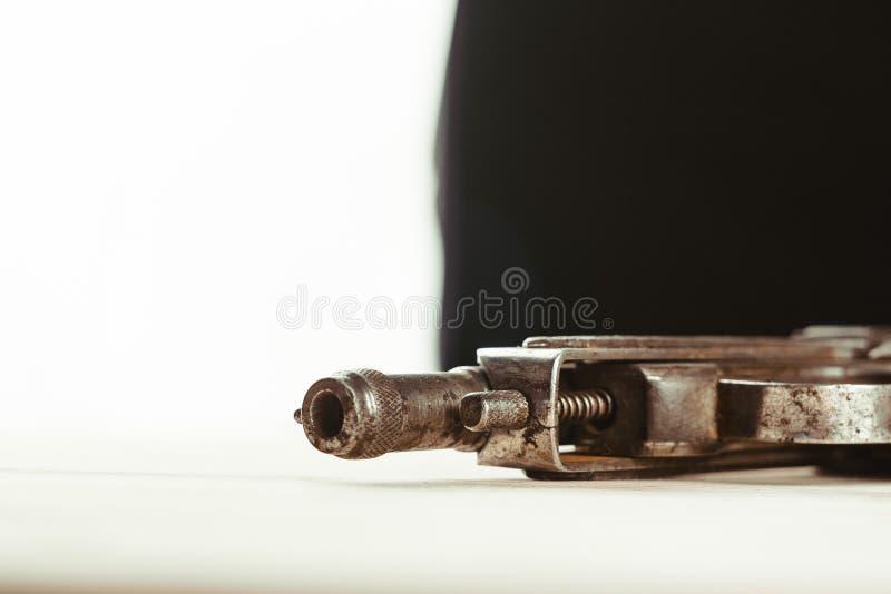 枪在桌上 库存图片