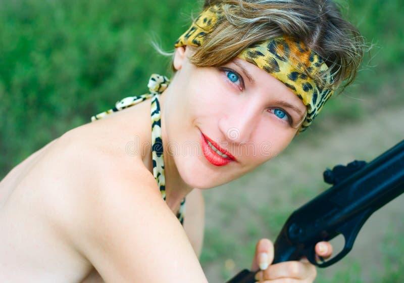枪妇女年轻人 免版税库存照片