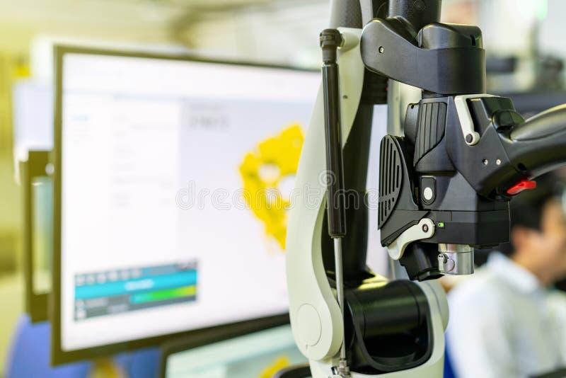 枪扫描的关闭或手扶测量或反向工程的高技术和现代自动3d激光扫描 库存照片