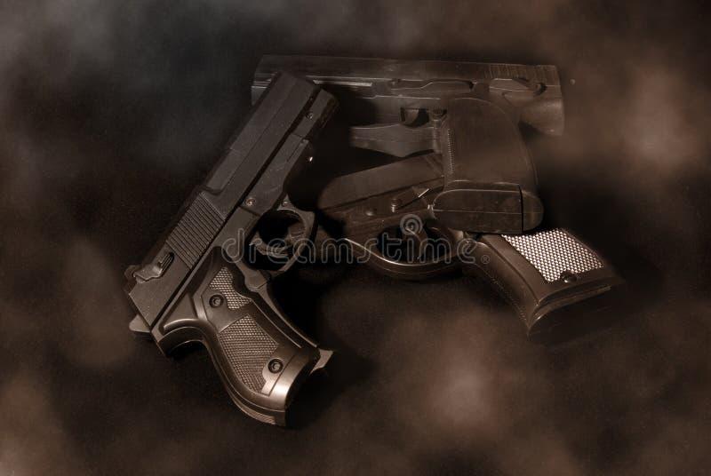枪抽烟 免版税图库摄影