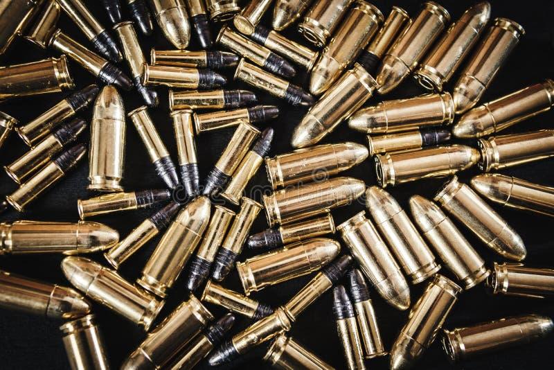 从枪的子弹在桌上 免版税库存照片