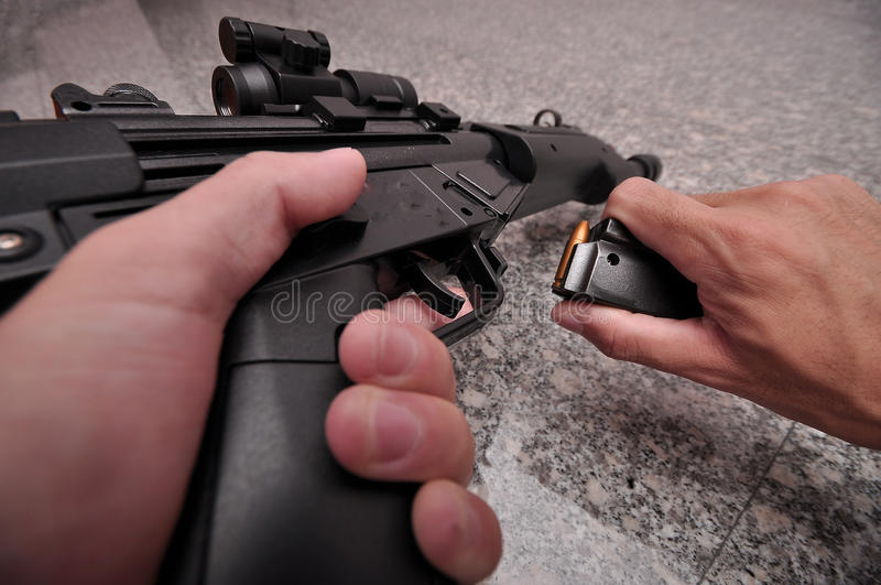 枪重新载入的submachine 免版税库存图片
