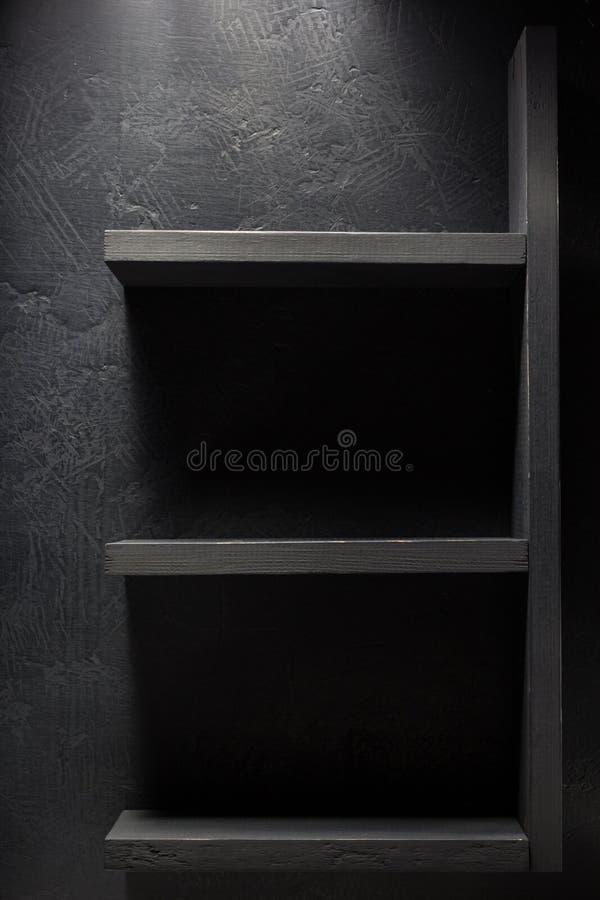 架子和黑墙壁在木 免版税图库摄影