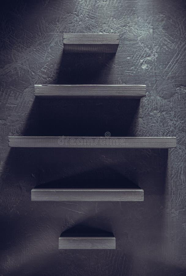 架子和黑墙壁在木 免版税库存照片