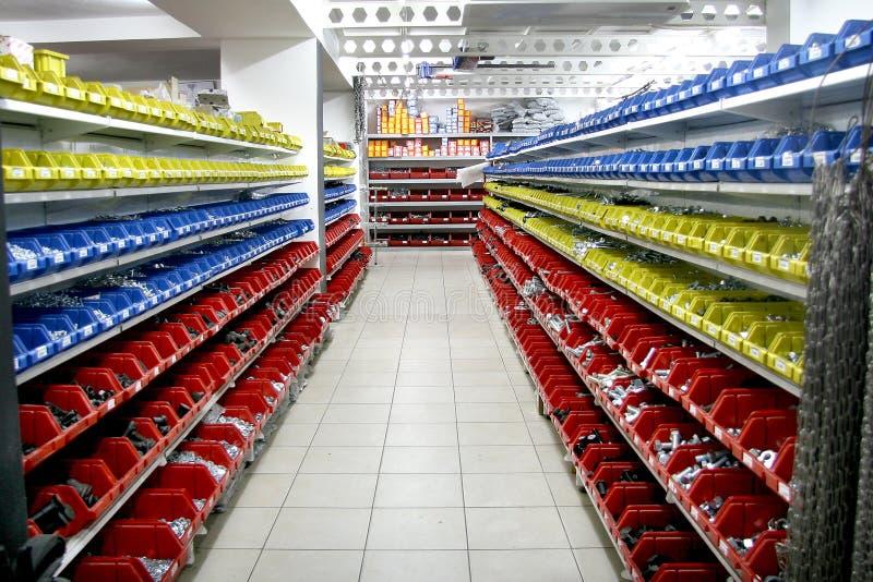 架子视图在硬件商店 免版税库存照片