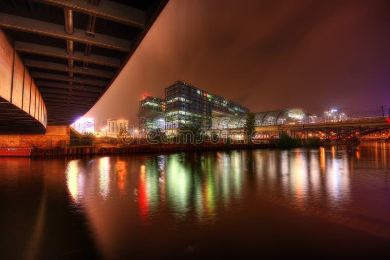 柏林中央火车站在晚上 免版税库存照片